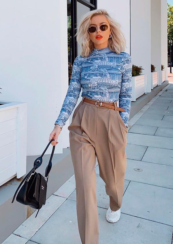 looks práticos, blusa de manga azul, calça de alfaiataria bege