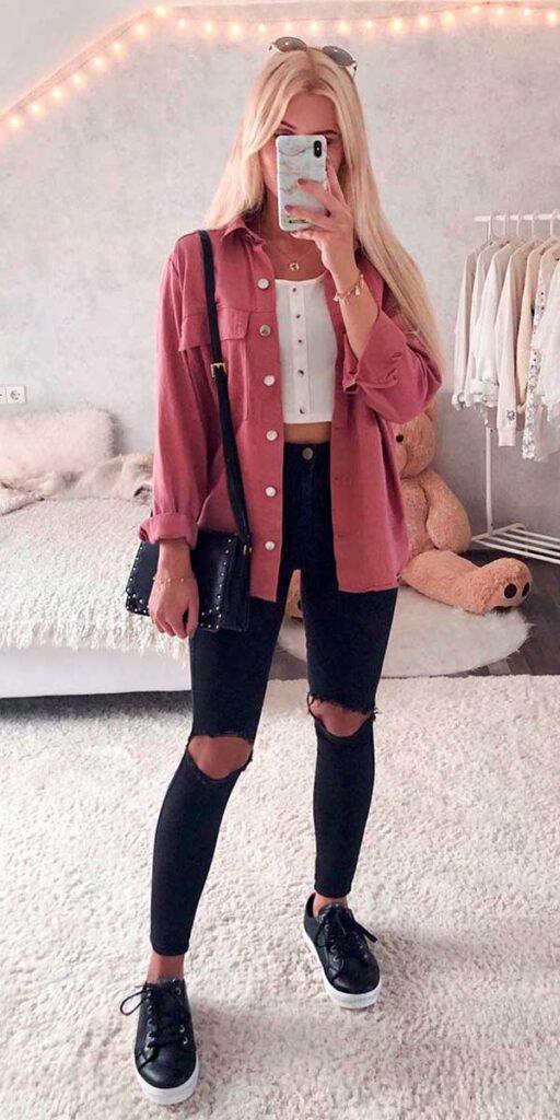 Looks estilosos, camisa rosa, calça preta rasgada