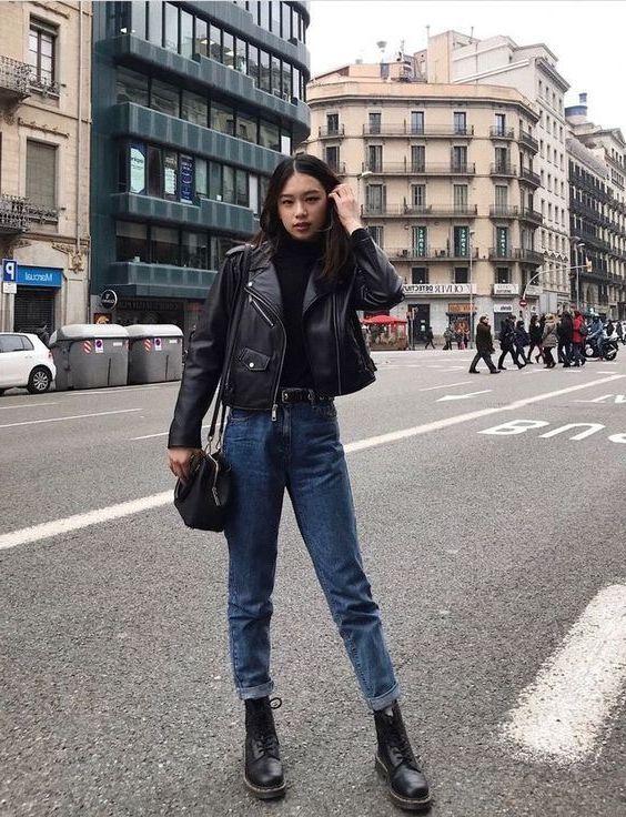 jaqueta de couro e coturno, calça jeans