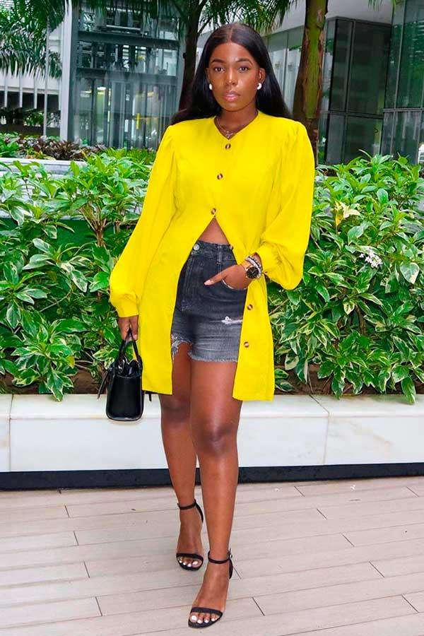 chemise amarela e short jeans