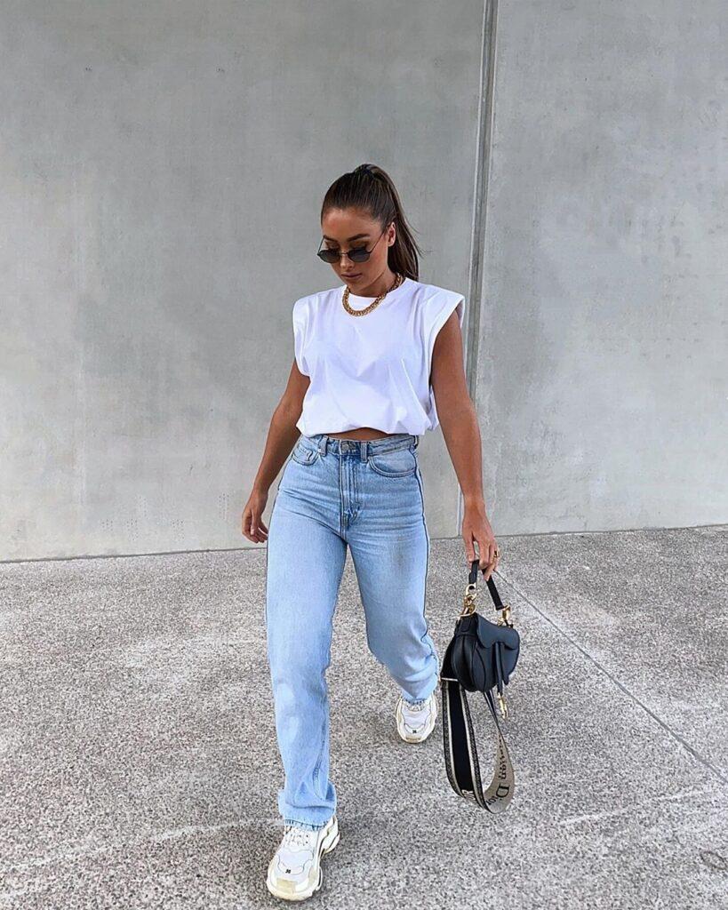 muscle tee branca, mom jeans, tênis branco e colar de corrente