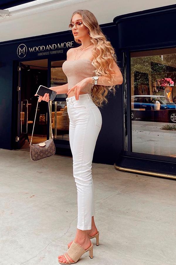 top faixa bege, calça branca e salto
