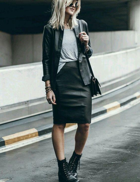 jaqueta de couro e coturno, t-shirt cinza e saia lápis