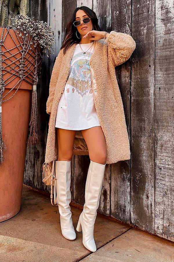 casaco de pelinho bege, t-shirt dress, bota de cano alto