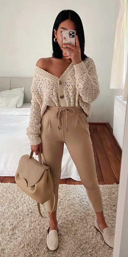 calça jogger bege e blusa de botões