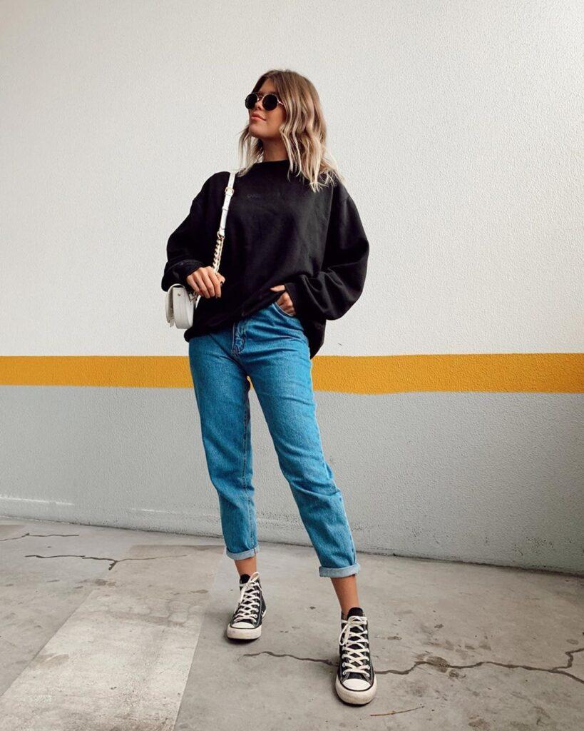 Looks estilosos, suéter preto e mom jeans