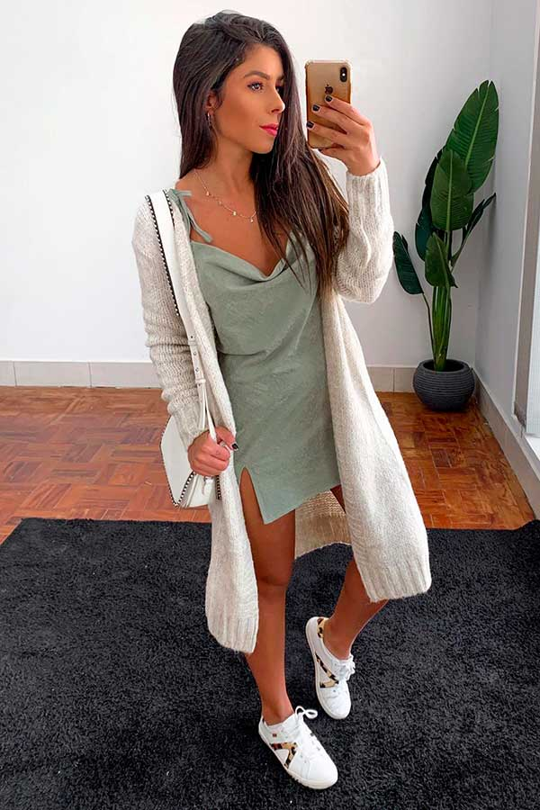 Looks estilosos, vestido drapeado e maxi cardigan