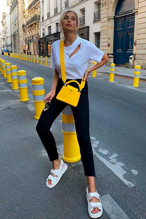 Looks estilosos, t-shirt destroyed, calça perta e bolsa amarela