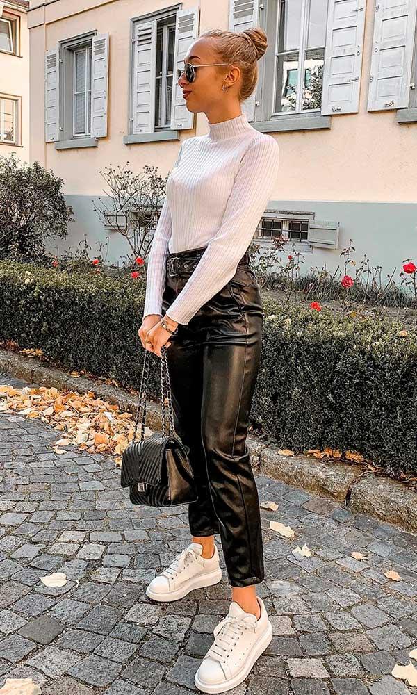 blusa de manga, calça de couro e tênis branco