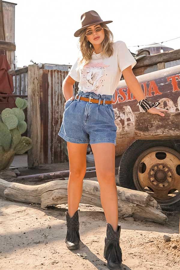 t-shirt, short jeans e cowboy boots