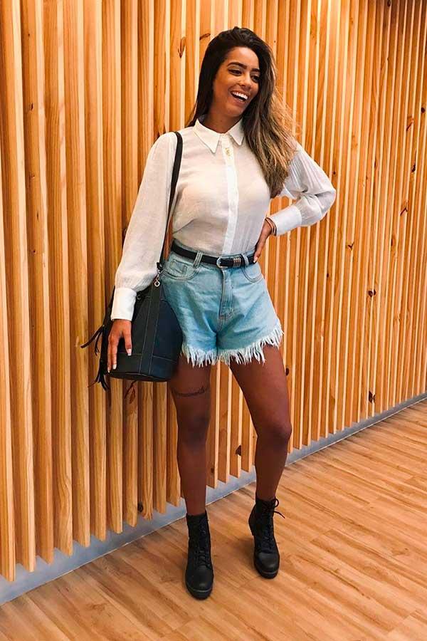 short godê, camisa branca, meia calça de bota