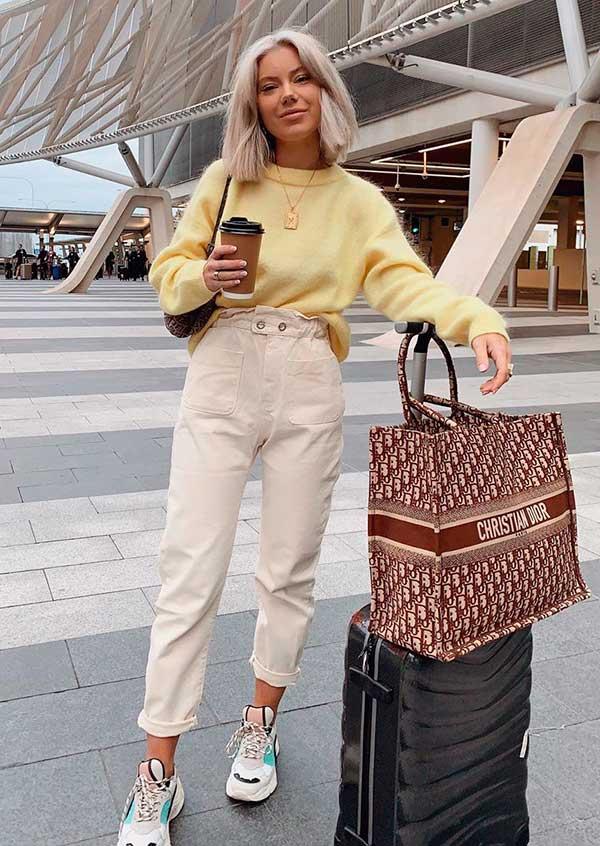 calça caqui, blusa amarela e tênis