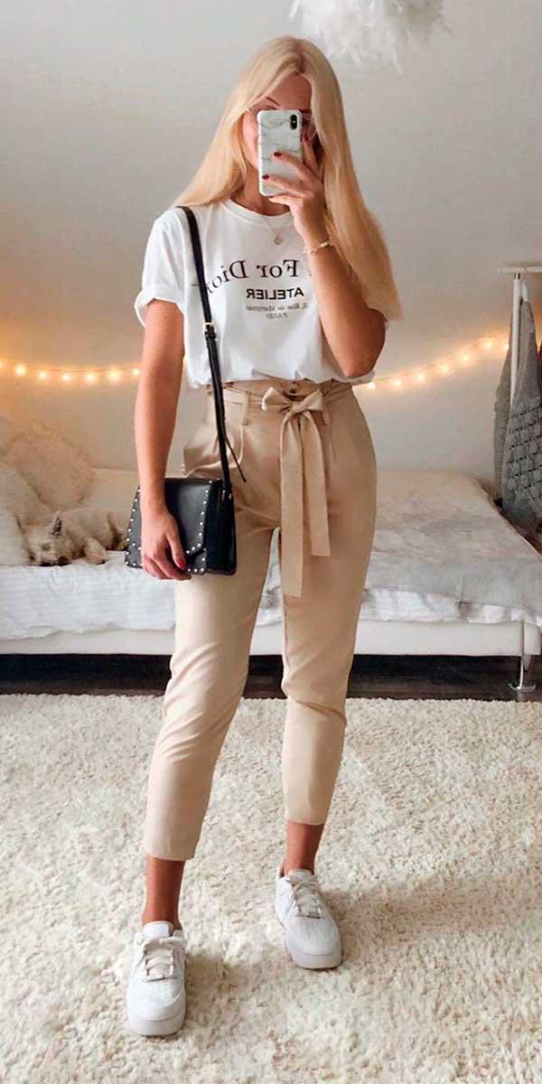 calça caqui, t-shirt branca e tênis branco