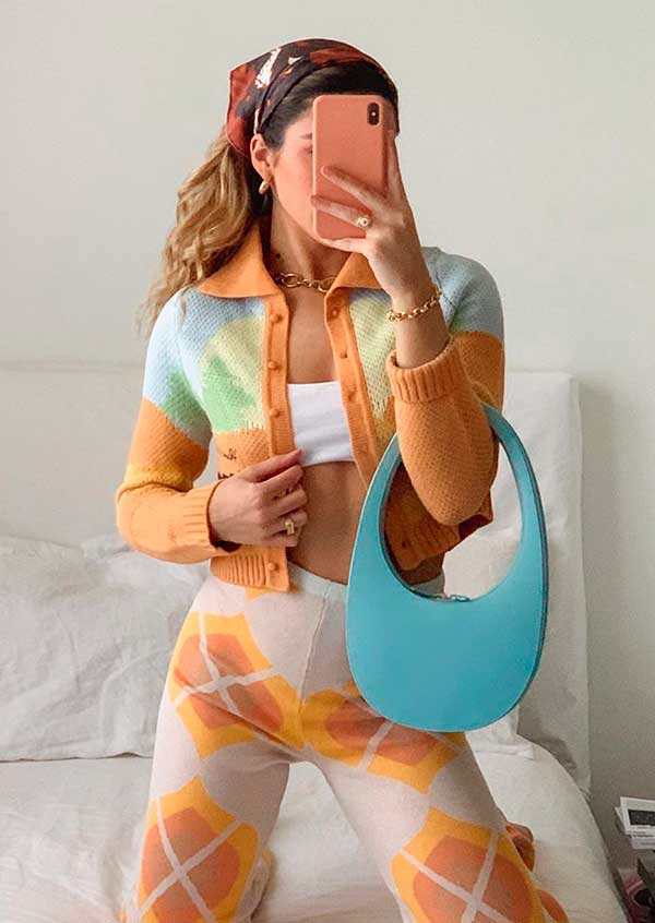 bandana no cabelo, conjuntinho tie-dye e bolsa baguete colorida