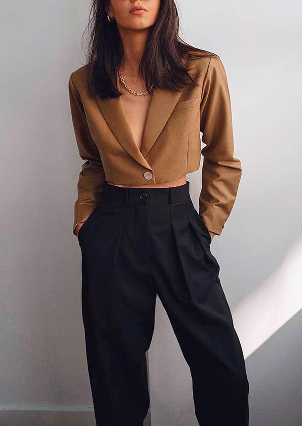 blazer cropped marrom e calça de alfaiataria