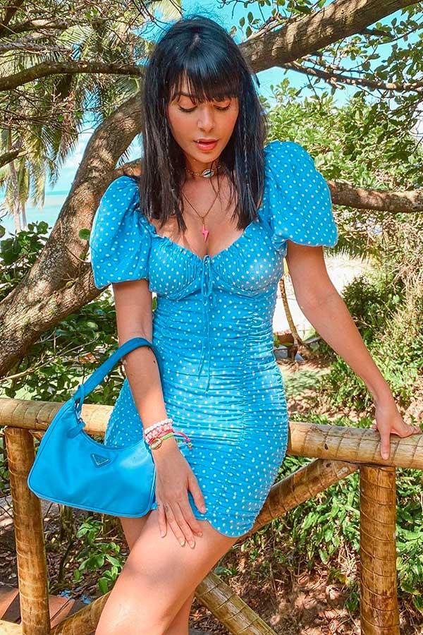 estampa de bolinahs azul e bolsa azul
