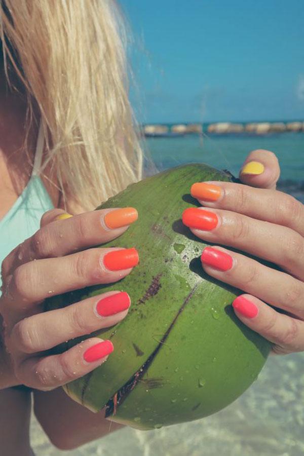 unhas multicoloridas no verão