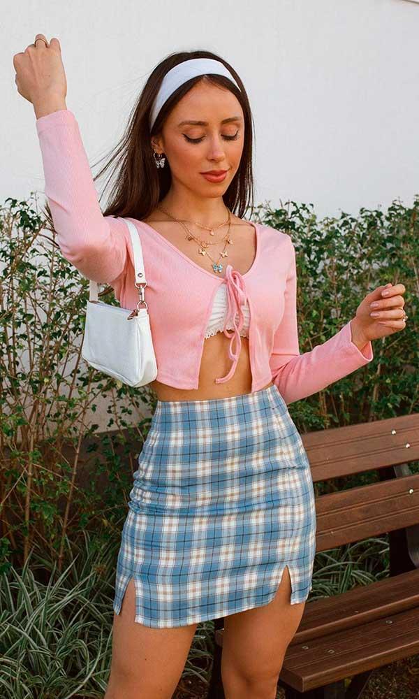 cardigan cropped, top de renda, minissaia xadrez e bolsa baguete branca
