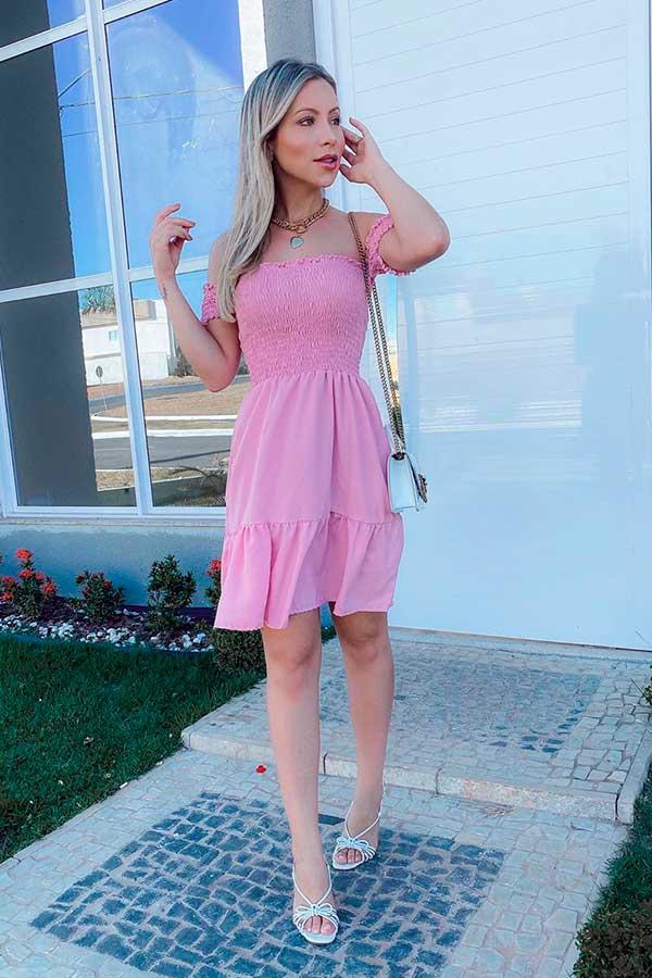 vestido rosa e sandália de tiras