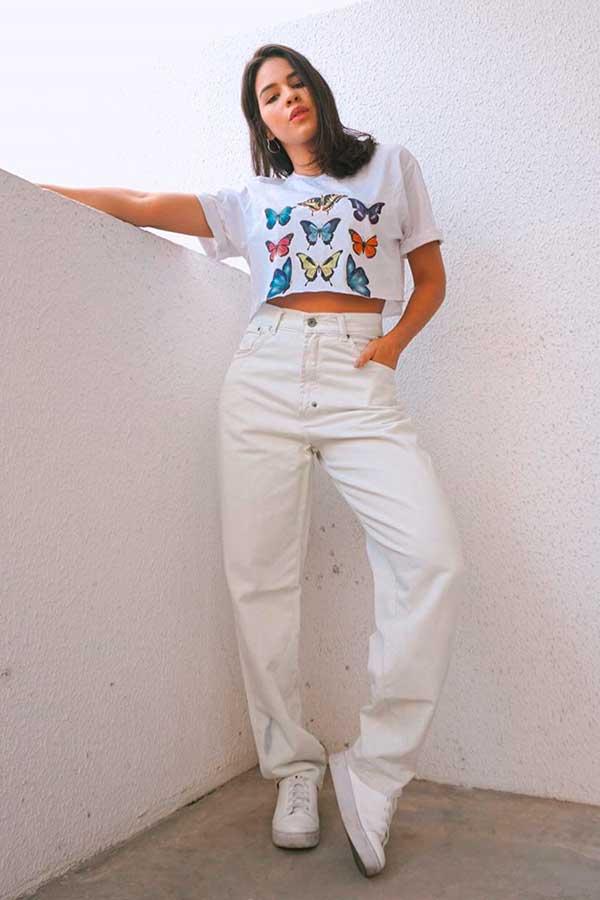 t-shirt branca com estampa botânica, calça offi white e tênis branco