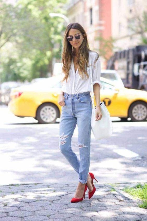 camisa branca, mom jeans e sapato vermelho