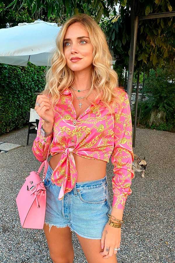 Primavera, cropped de cetim com nozinho, short jeans e bolsa rosa