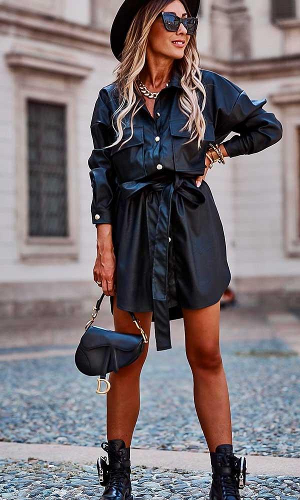 chapéu preto, vestido chemise preto e coturno
