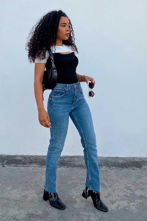 Primavera, sopreposição com regata preta, mom jeans e ankle boot