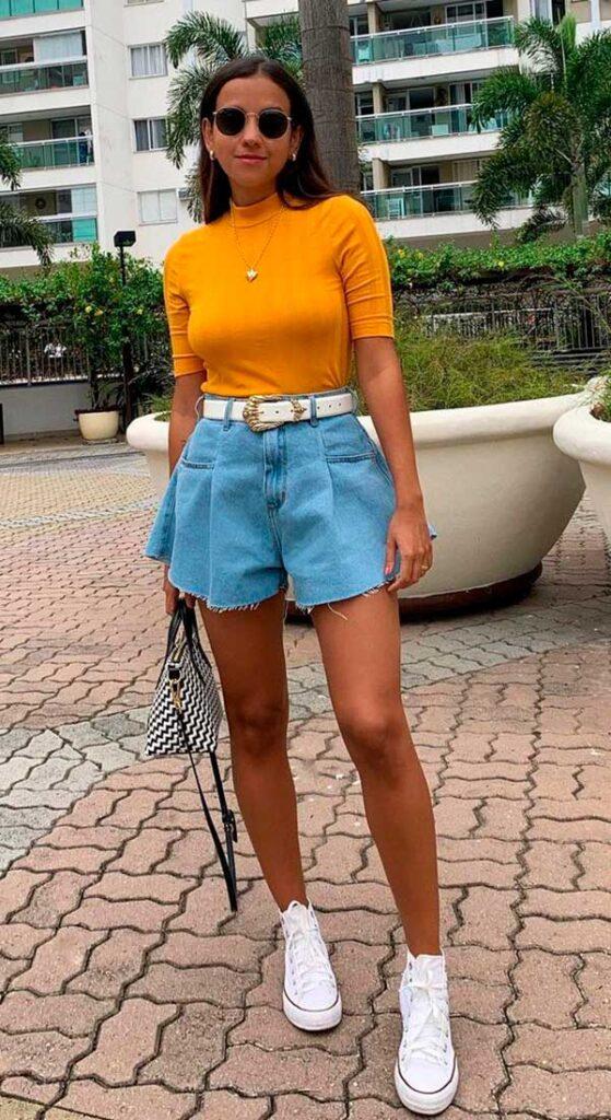 short godê, tênis branco e blusa amarela