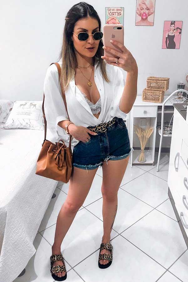 shortinho, camisa branca e papete