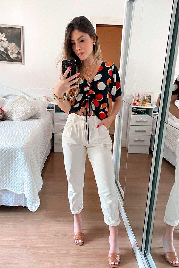 cropped estampado, calça branca e sandália slide
