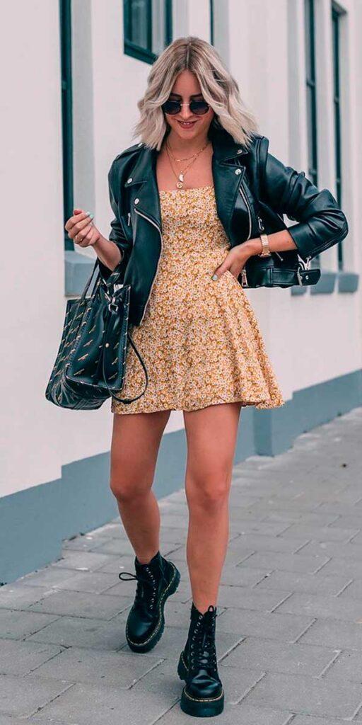 vestido floral, jaqueta de couro e coturno