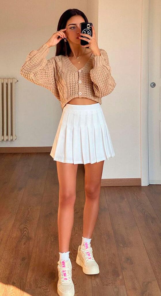 saia colegial, suéter cropped e tênis branco