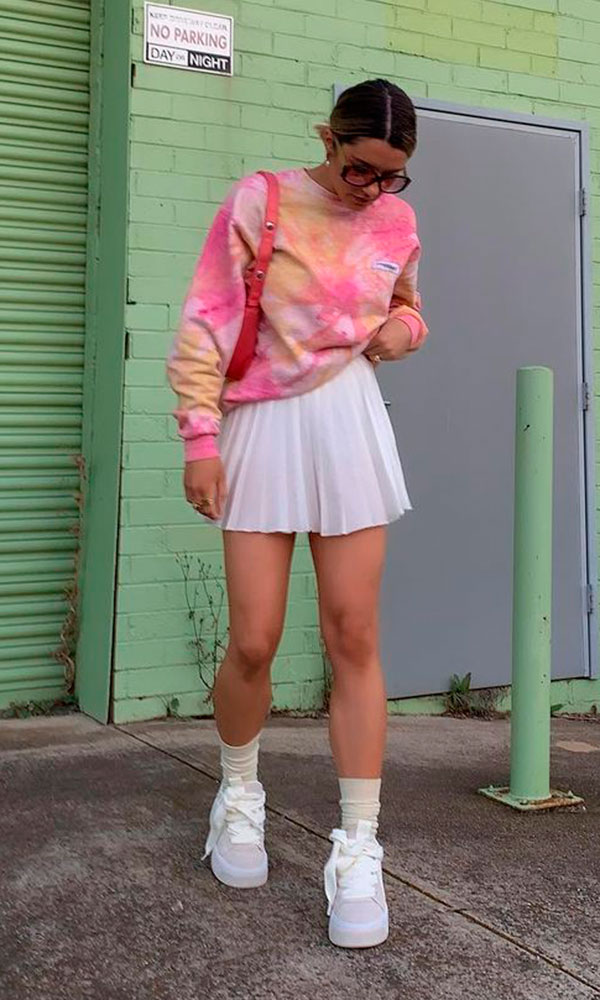 suéter tie-dye, meia a parente te tênis branco