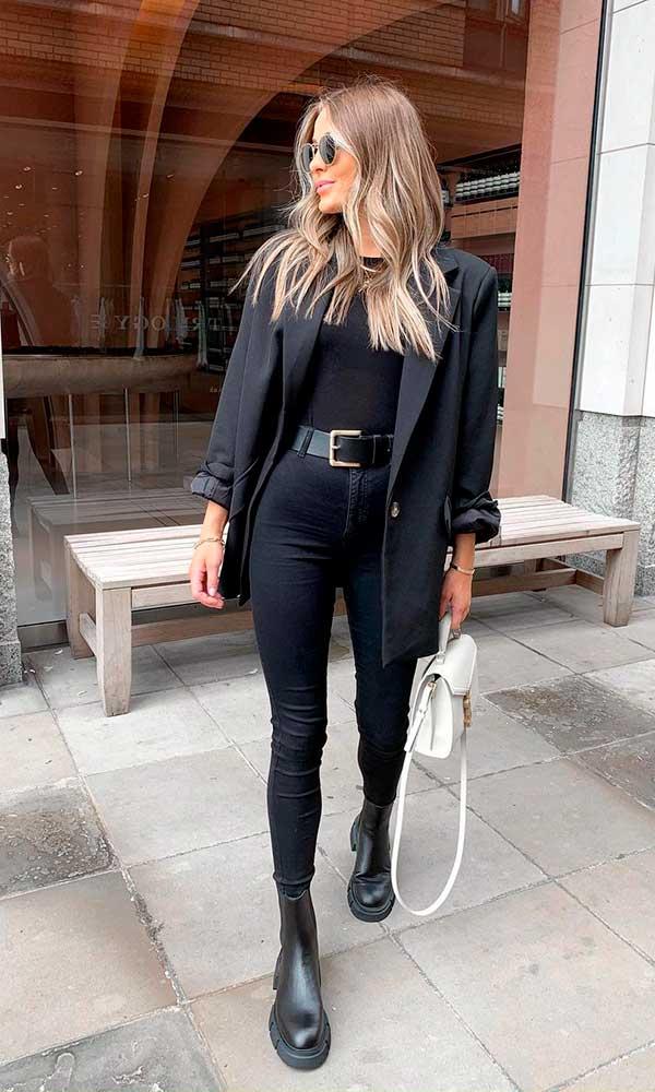 look all black, blazer preto, t-shirt preta e calça skinny, cinto com fivela dourada