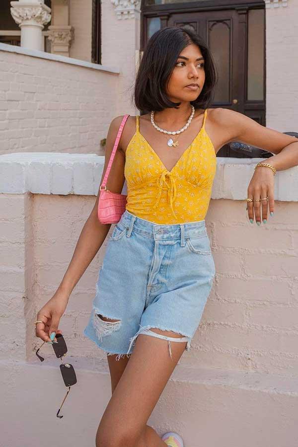 bolsa baguete rosa, regata amarela e bermudinha jeans