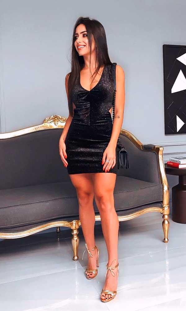 look all black, vestido tubinho preto e sandália de tiras douradas