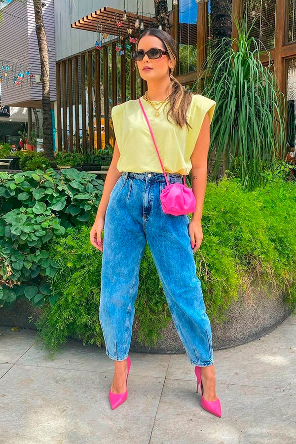 muscle teet amarela, bosla e sapato rosa, calça sloucy jeans