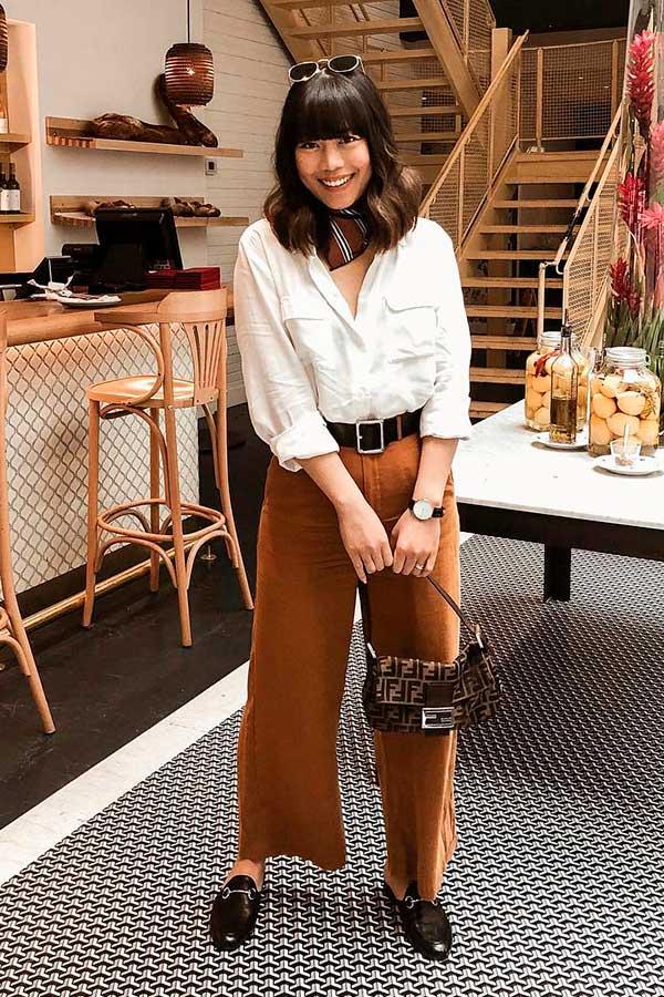 camisa branca e calça marrom