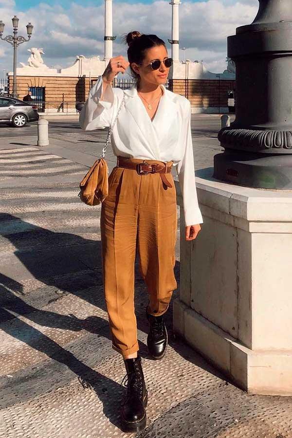calça social marrom e camisa branca