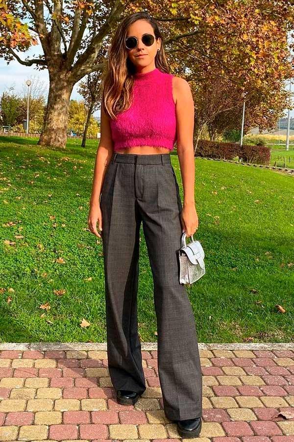 calça social, cropped rosa e coturno