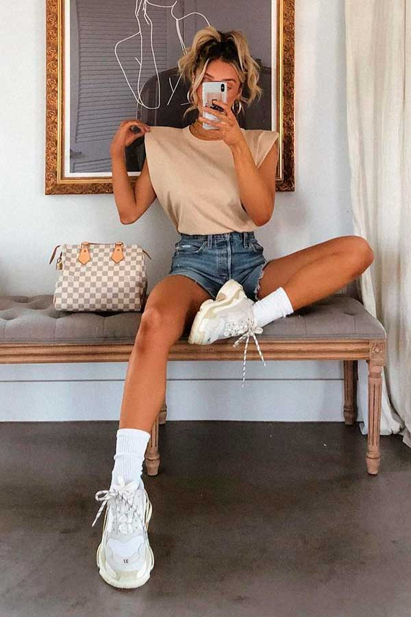 tons claros, muscle tee bege e short jeans
