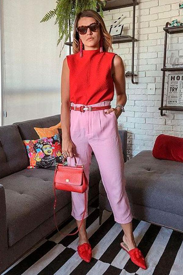 look color block, regata vermelha, calaç de alfaiataria rosa e flat mule vermelho