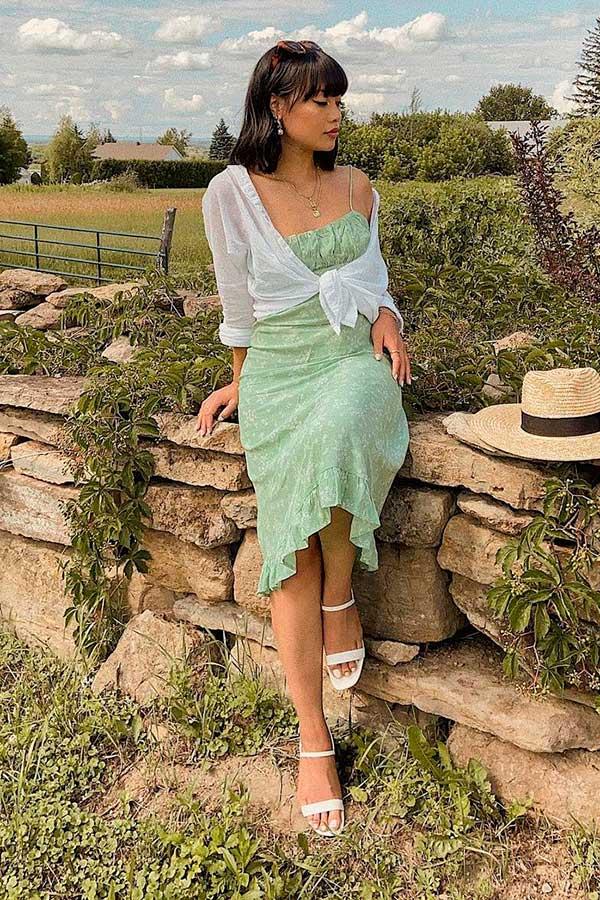 vestido, verde camisa branca e sandália de duas tiras