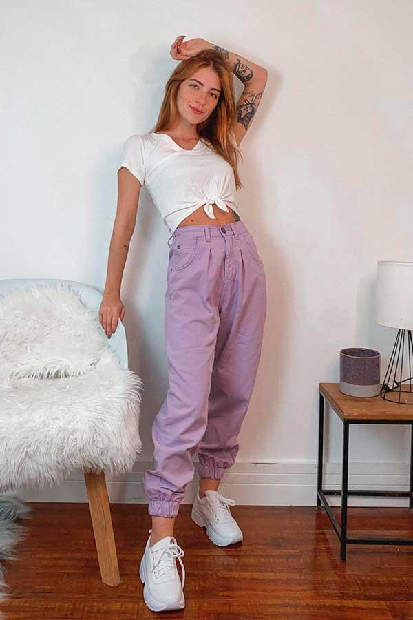 t-shirt branca, calça de alfaiataria lilás e tênis branco