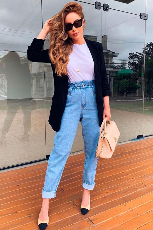 calça slouchy jeans, t-shirt branca e blazer preto