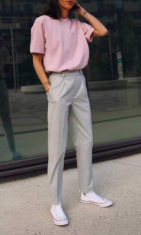 calça social cinza, t-shirt lilás e all star branco