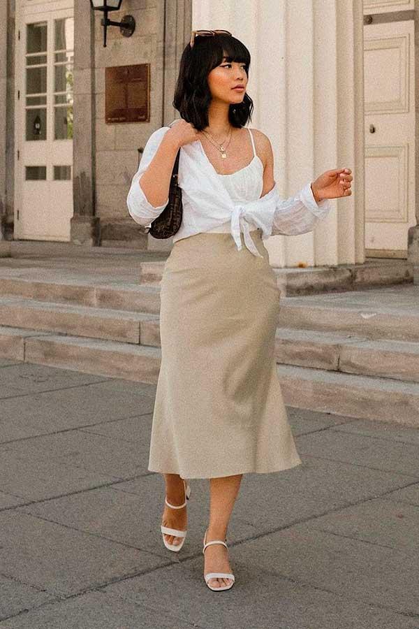 Katie Cung, regta branca, camisa de nozinho e saia midi