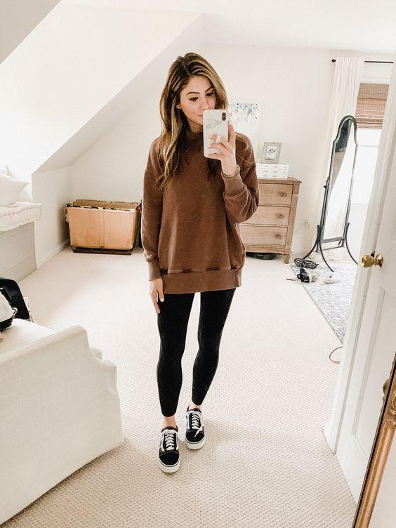 suéter marrom, calça legging preta, tênis vans preto