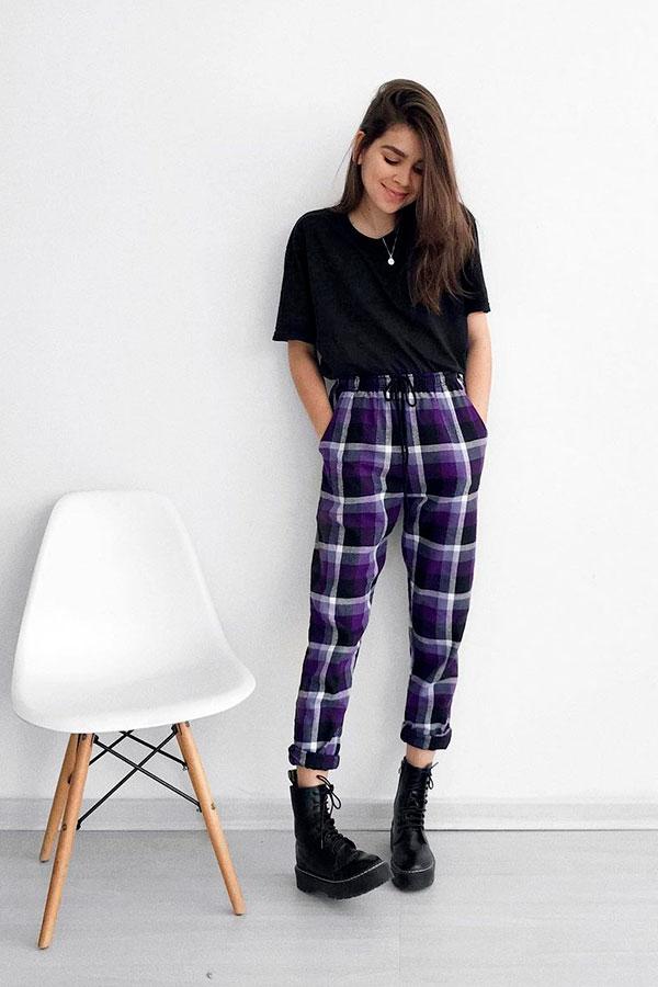 t-shirt preta, calça xadrez azul, coturno preto